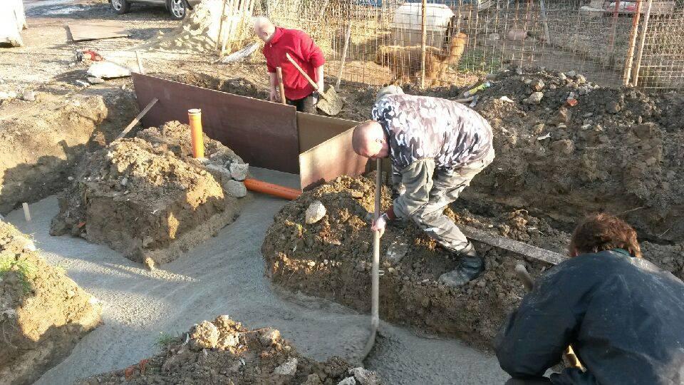 Nalievanie betónu do základovej dosky